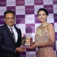 Dr.-Sanjay-Parashar-presenting-his-book-to-Gauahar-Khan-during-the-brand-launch-here-in-Delhi-today-min-250x250